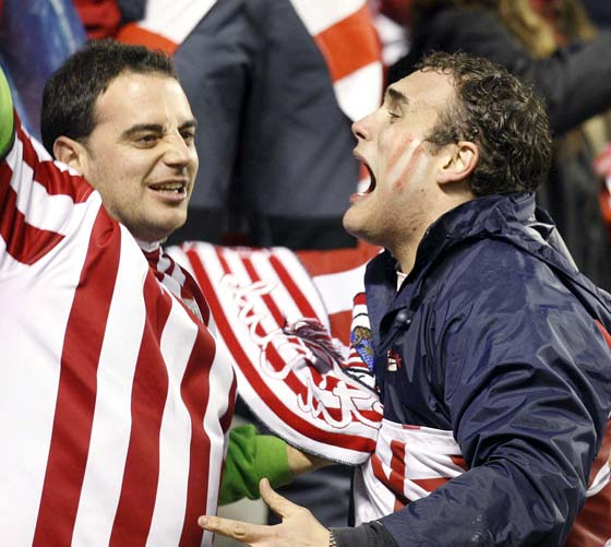 Los aficionados vascos celebran los goles de su equipo.  Foto: Félix Ordóñez/Agencias