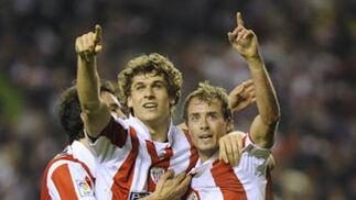 Los bilbaínos Llorente y Yeste dedican a la grada el gol que ponía en el marcador el 2-0.  Foto: Félix Ordóñez/Agencias