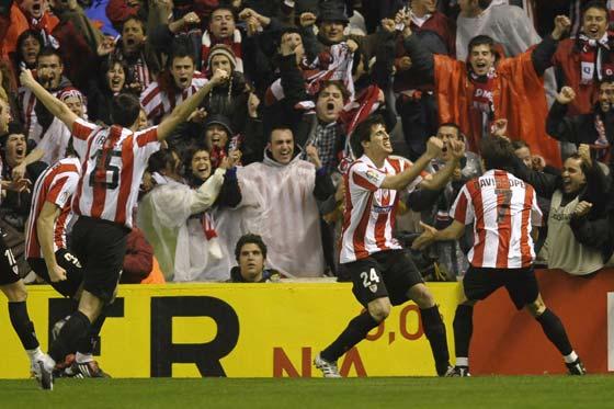 La grada y los jugadores celebran el primer tanto local.  Foto: Félix Ordóñez/Agencias