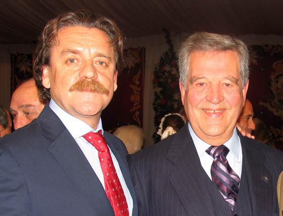El pintor Antonelo Collantes y José León, presidente del Real Betis Balompié.  Foto: VICTORIA RAMIREZ