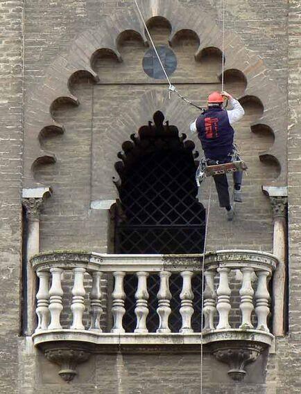 Arcos árabes de los ventanales y balcones de la Giralda.  Foto: Ruesga Bono