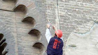 La fachada de la Giralda ha sido examinada exhaustivamente por los operarios.  Foto: Ruesga Bono