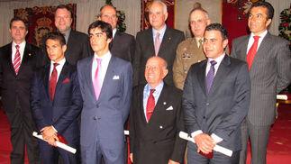 Los ganadores de los trofeos taurinos junto al rector de la Hispalense, el alcalde de Sevilla, Manuel Chaves, Alfonso Guajardo-Fajardo, teniente hermano mayor de la Maestranza; y el capitán general de las Fuerzas Terrestres, Virgilio Sañudo.  Foto: VICTORIA RAMIREZ