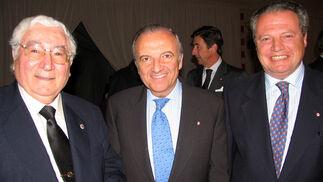 Benito Mateos-Nevado, presidente de la Academia de Veterinaria, con Alfonso Fernández de Peñaranda y Agustín Mencos, diputado y archivero de la Maestranza, respectivamente.    Foto: VICTORIA RAMIREZ