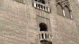 Trabajadores cuelgan a distintas alturas en la fachada de la torre.  Foto: Ruesga Bono