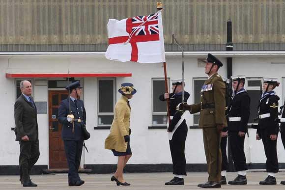Entre las personalidades se encontraban el nuevo comandante de las Fuerzas Británicas de Gibraltar, el comodoro Adrian Bell; y el comandante Simon Dowling  Foto: Paco Guerrero