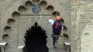 Un escalador ajusta uno de los cabos.  Foto: Ruesga Bono