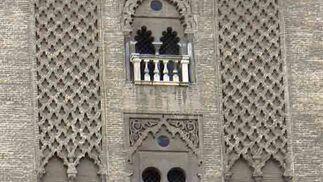 La fachada del monumental edificio con trabajadores sujetos por largas cuerdas.  Foto: Ruesga Bono