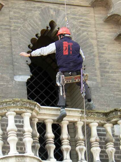 Un operario en uno de los balcones de la Giralda.  Foto: Ruesga Bono