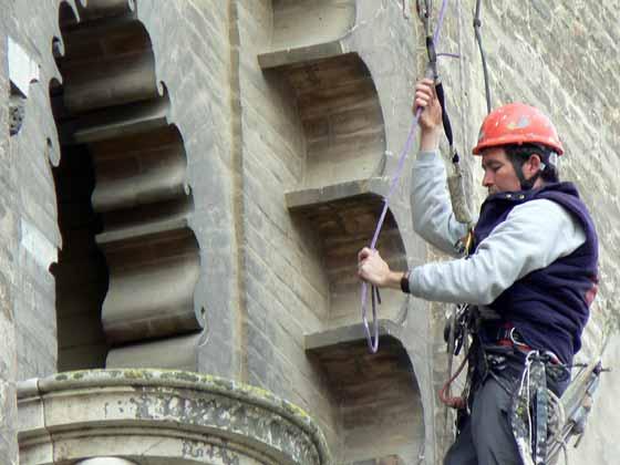 Un operario maneja la cuerda de la que permanece sujeto.  Foto: Ruesga Bono