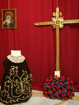 La muestra recoge algunos de los enseres y estrenos de la cofradía.  Foto: J.P.