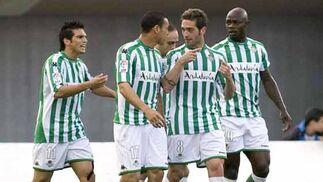 Los jugadores del Real Betis celebran el segundo gol de su equipo durante el partido frente al RCD Mallorca.  Foto: Montserrat T. Diez (EFE)