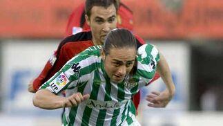 El delantero del Real Betis Sergio García conduce el balón perseguido por el defensa del RCD Mallorca Ayoze Díaz durante el partido correspondiente a la vigésimo sexta jornada de liga.  Foto: Montserrat T. Diez (EFE)