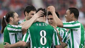 Arzu, Sergio García, Melli, Mark González y Oliveira celebran el tercer gol del Betis.  Foto: Montserrat T. Diez (EFE)