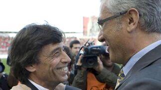 Gregorio Manzano y Paco Chaparro se saludan momentos antes de comenzar el encuentro.  Foto: Montserrat T. Diez (EFE)