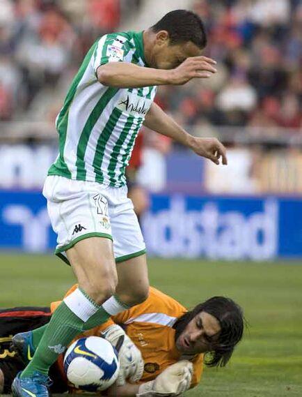 El portero israelí del Mallorca Dudú Aouate trata de despejar un balón ante Oliveira.  Foto: Montserrat T. Diez (EFE)