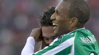 Arzu celebra junto con Mehmet Aurelio el tercer gol ante el Mallorca.  Foto: Montserrat T. Diez (EFE)