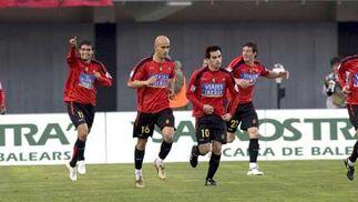 Los jugadores del RCD Mallorca celebran el segundo gol del equipo.  Foto: Montserrat T. Diez (EFE)