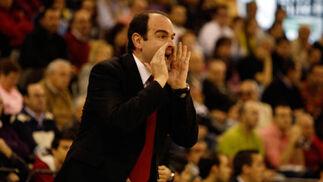 Al entrenador del CB Granada, Trifón Poch, se le volvió a escapar un partido en los últimos minutos.  Foto: Pepe Villoslada