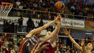 Curtis Borchardt, bajo el aro valenciano.  Foto: Pepe Villoslada