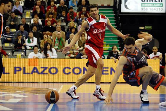El balón rueda por el suelo ante los ojos de Miralles (Pamesa) y Scepanovic.  Foto: Pepe Villoslada
