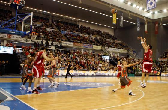 Nico Gianella también lo intentó desde la línea de 6,25.  Foto: Pepe Villoslada