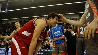Un jugador del Pamesa consuela a Vlado Scepanovic tras la victoria levantina.  Foto: Pepe Villoslada
