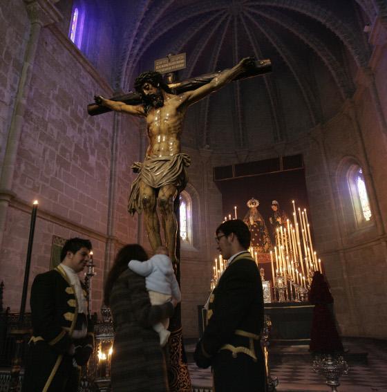 El Santísimo Cristo de la Esperanza, en su besapies del primer viernes de marzo en San Juan de los Caballeros.  Foto: J. C. Toro