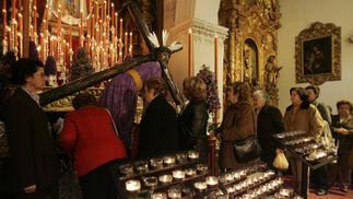 El Señor de las Tres Caídas lució diferente a como solía hacerlo en su besapies, con una túnica de brocado morada y sin cantoneras en su cruz.  Foto: J. C. Toro