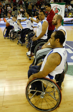 El baloncesto sobre ruedas tuvo su momento en uno de los descansos del partido.  Foto: Pepe Villoslada