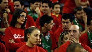 El público lo pasó mal en la grada.  Foto: Pepe Villoslada
