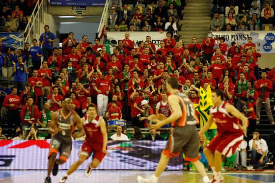 El público estuvo como siempre, muy animoso durante todo el choque.  Foto: Pepe Villoslada