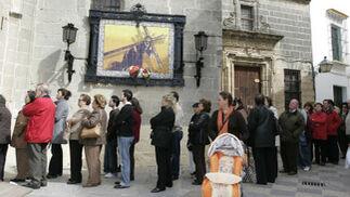 El primer viernes de marzo es sinónimo de colas a las puertas de San Lucas.  Foto: J. C. Toro