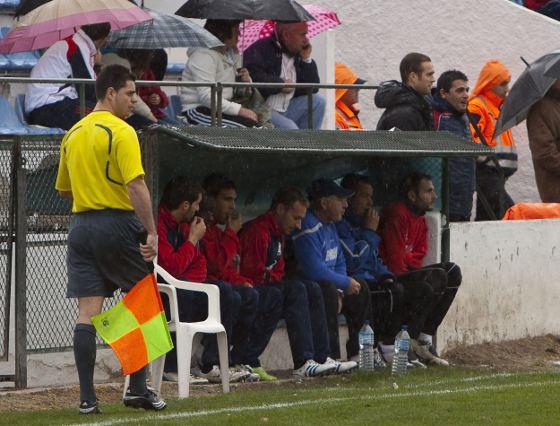El banquillo industrialista, por primera vez esta temporada sin entrenador. Los jugadores estuvieron acompañados de Pepe González, delegado del club, y del masajista del cuadro blanquiazul.  Foto: lof