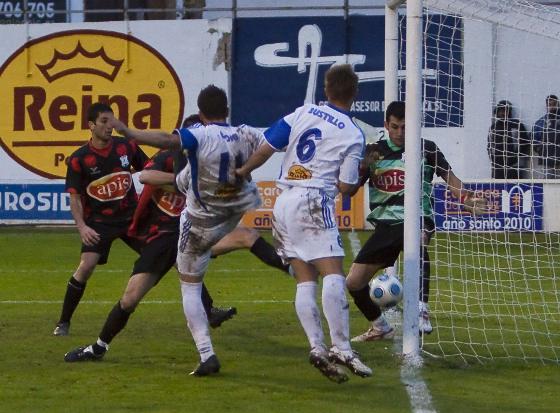 La imagen capta el momento justo en el que Dioni hace el 1-0, que a la postre resultó ser el único tanto del partido. Aragón no pudo hacer nada para evitar el gol del Caravaca.  Foto: lof