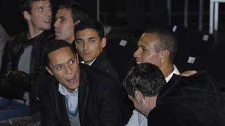 Adriano conversa durante el desfile con Luis Fabiano y Drautinovic.  Foto: Manuel Gomez
