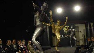 La plantilla al completo y el presidente disfrutan del espectáculo.  Foto: Manuel Gomez