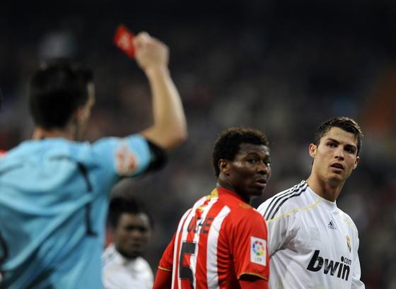 Cristiano mira al arbitro mientras éste le saca la tarjeta roja tras un doble amarilla. / AFP Photo
