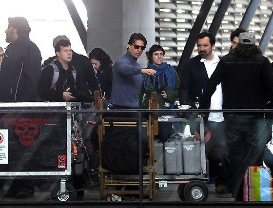Tom Cruise y el director James Mangold durante el rodaje del filme 'Knight&Day' en la estación de Santa Justa.  Foto: Juan Carlos Vázquez