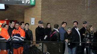 Tom Cruise y James Mangold durante el rodaje del filme 'Knight&Day' en la estación de Santa Justa.  Foto: Juan Carlos Vázquez