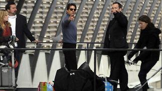 El director James Mangold y los actores Tom Cruise y Peter Sarsgaard durante el rodaje del filme 'Knight&Day' en la estación de Santa Justa.  Foto: Juan Carlos Vázquez