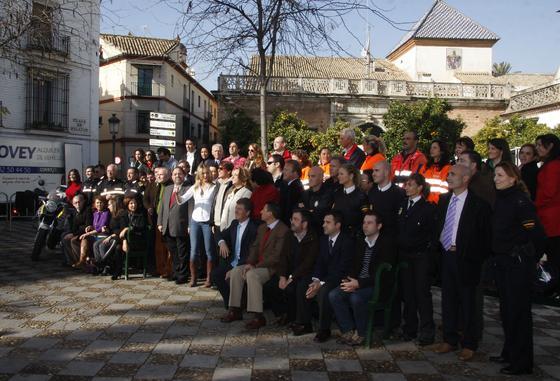 Foto de familia con los miembros del equipo de rodaje y colaboradores en la Plaza de Pilatos.  Foto: Victoria Hidalgo