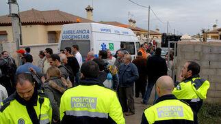 Tensión vecinal en Chiclana por una orden de deshaucio contra los inquilinos de diez viviendas ilegales de la zona de las Majadillas Bajas.   Foto: Paco Periñán