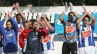 Los jugadores industrialistas saludan al público tras vencer al Sevilla Atlético. El Industrial no ganaba en casa desde el 29 de agosto.  Foto: Vanesa Lobo