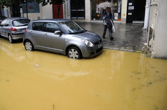 Las grandes precipitaciones provocan casi 600 incidencias en la ciudad entre inundaciones de carreteras y viviendas.  Foto: J. A. García, J. C. Vázquez, B. Vargas y J. Martínez