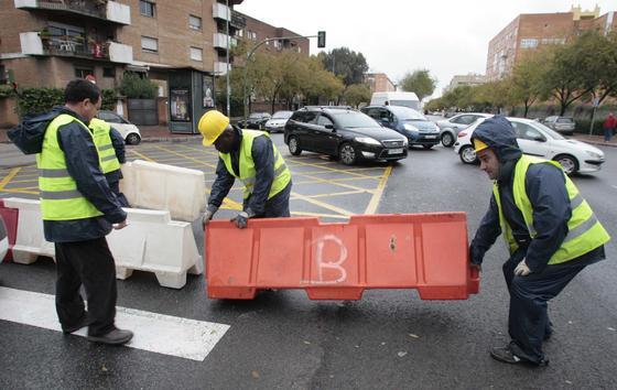 Los trabajadores del Ayuntamiento proceden a cortar la calle Cardenal Bueno Monreal.  Foto: Juan Carlos Muñóz