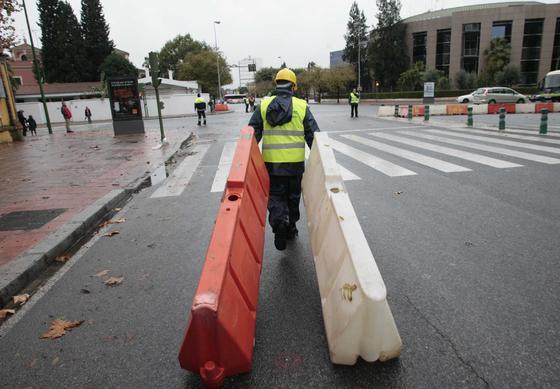 Un operario transporta los separadores para impedir el tráfico.  Foto: Juan Carlos Muñóz