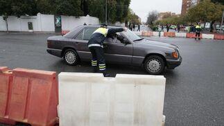 Un policía indica a un vehículo el cierre de la avenida.  Foto: Juan Carlos Muñóz