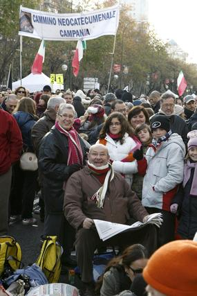 Miles de personas asisten en Madrid a la festividad de la Sagrada Familia convocada por Rouco Varela. / EFE