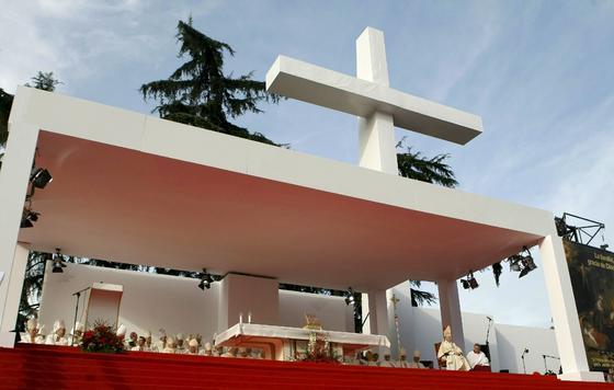El escenario levantado para la ocasión por la Iglesia, con una cruz de más de 20 metros de alto. / EFE